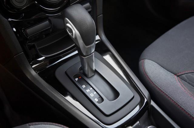 2014-Ford-Fiesta-SE-gear-knob